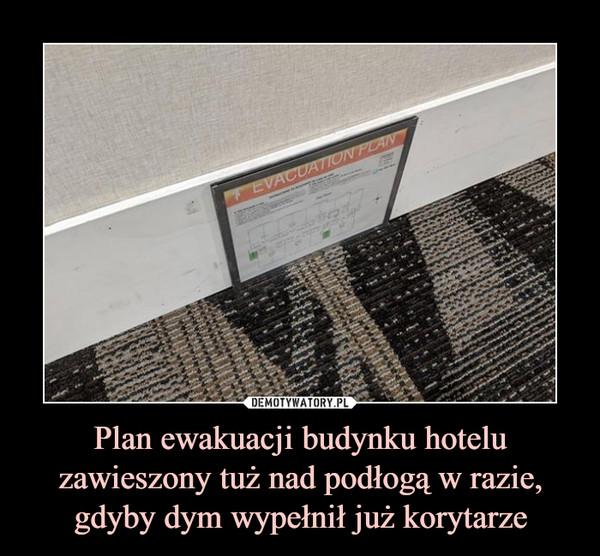 Plan ewakuacji budynku hotelu zawieszony tuż nad podłogą w razie, gdyby dym wypełnił już korytarze –