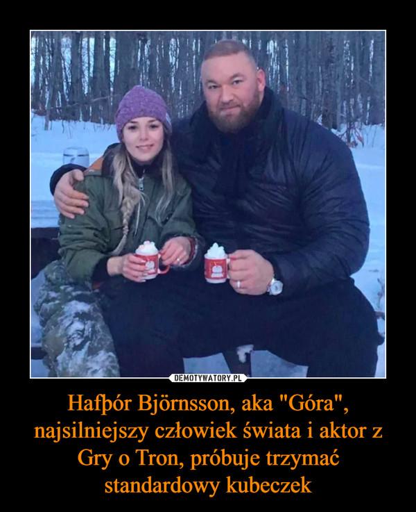 """Hafþór Björnsson, aka """"Góra"""", najsilniejszy człowiek świata i aktor z Gry o Tron, próbuje trzymać standardowy kubeczek –"""