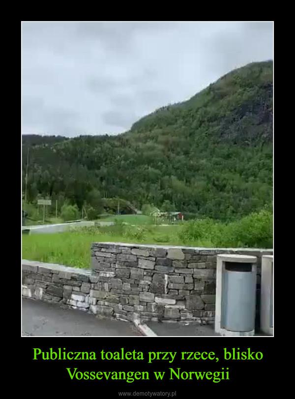 Publiczna toaleta przy rzece, blisko Vossevangen w Norwegii –