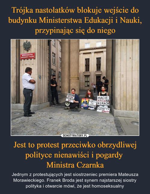 Trójka nastolatków blokuje wejście do budynku Ministerstwa Edukacji i Nauki, przypinając się do niego Jest to protest przeciwko obrzydliwej polityce nienawiści i pogardy  Ministra Czarnka